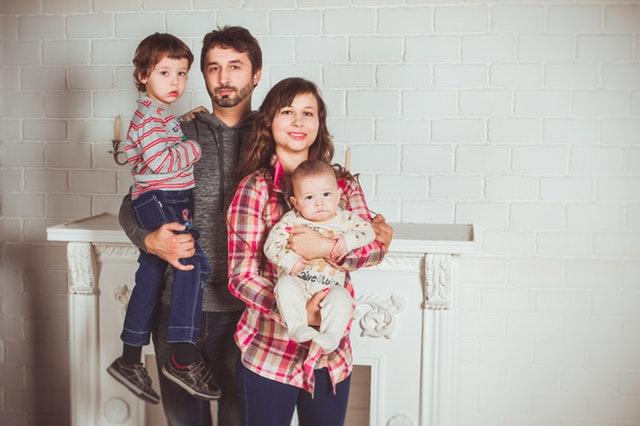 Jonathan 40 ans, Linda 35 ans, Emma 8 ans, Noah 14 mois